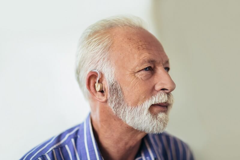 mężczyzna z aparatem słuchowym
