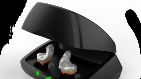 wewnatrzuszne aparaty sluchowe w ladowarce